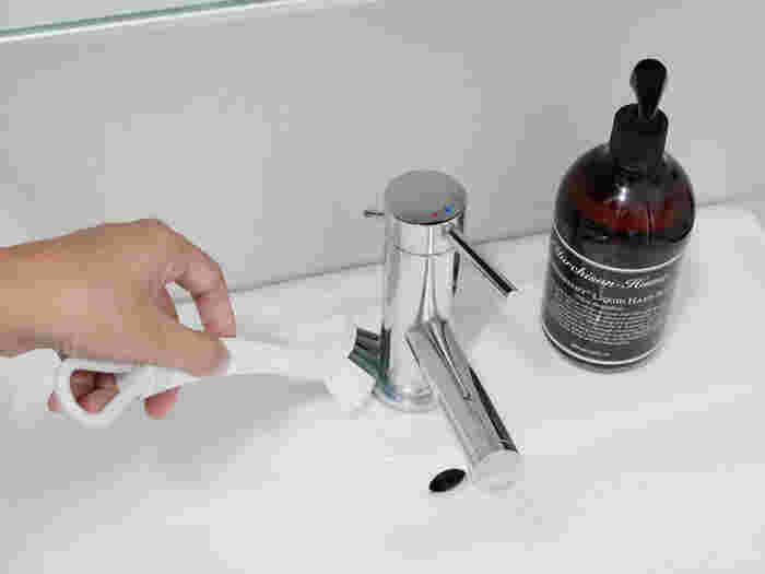 洗面台の蛇口もキッチンや浴室の蛇口と同じようにクエン酸パックがおすすめ。キッチンペーパーに浸してラップで覆い、汚れがゆるんできたらメラミンスポンジやブラシでこすりましょう。軽い水垢ならパックしなくてもクエン酸スプレーをしてこするだけで◎