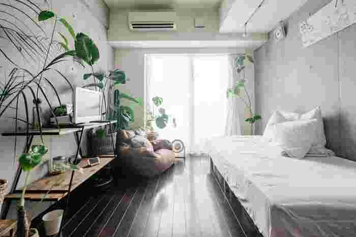 家具を左右の壁に沿って平行に並べるレイアウト。奥の窓に向かって大きく動線を確保することができるので、動きやすく開放的な空間を作ることができます。写真のような縦に長いお部屋はもちろん、横幅のあるお部屋にもおすすめ。