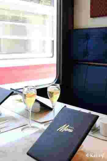 列車で食事ができて、しかも個室で周囲に気兼ねなくくつろげるなんて、とても贅沢なことですよね。父の日に感謝の気持ちを込めて、両親と一緒に過ごすのにピッタリな空間です。