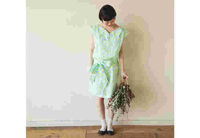 ゆるりとしたデザインですが、襟付きなのでだらしなく見えず、程よい可愛さのデザインです。 作るには、襟も袖もあって難しそう…と思ってしまうかもしれませんが、襟も袖も真っ直ぐ縫うだけで出来ちゃいますよ。