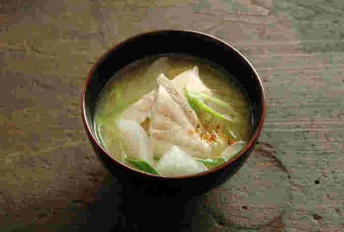 鍋の材料として使われることが多いカワハギをお味噌汁にしました。クセがなく、淡泊なお魚なのでお味噌汁との相性も良いんですよ。カワハギは低カロリーで良質なたんぱく質が豊富に含まれています。  お鍋でしか食べたことがなかったという方も、ぜひお味噌汁に入れてみてはいかがでしょうか?根菜類との組み合わせもほっこりおいしくおすすめです。