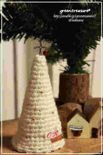好きな毛糸を使ってツリーを編んでみるのも素敵。 ビーズを編み込んだりトップに★をつけたり。