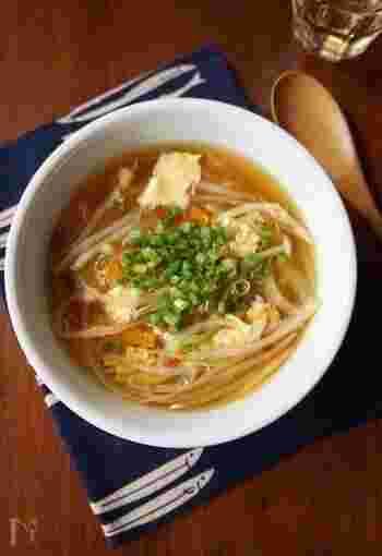 もやし、しめじを入れた中華スープ。溶き卵を加えてすぐに混ぜてしまうととスープが濁るので、火力に任せて混ぜ過ぎないことがポイントです。そうするとスープが濁らず卵がふんわりと仕上がります。
