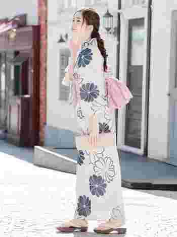 編みおろしと浴衣を掛け合わせると女性らしさがぐんとUP!アクセアサリーなしでも華やかなな雰囲気になるのも魅力です。編みこんだ後に、ほどよく崩してあげるとより雰囲気ある仕上がりに。