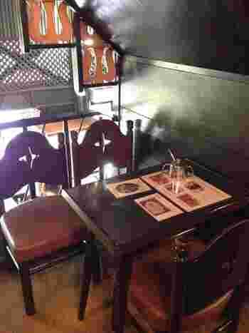 店内の椅子や机は創業当時のものが使われています。著名な文化人たちがここでどんな時を過ごしたのか、ゆっくりと思いを馳せてみたいですね。ちなみに店名の「アンヂェラス」とは「聖なる鐘の音」という意味。どことなく内装は教会を思わせます。
