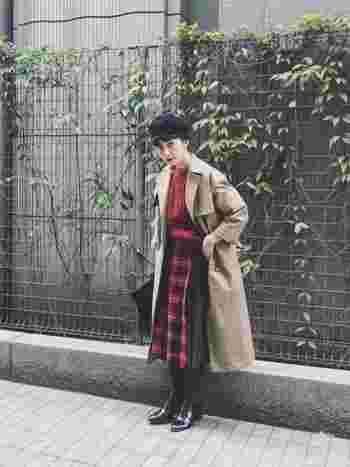 赤のタータンチェックとあわせて、英国風にした素敵な着こなしですね。ゆったりとしたデザインなら中にニットを着こんでも、着ぶくれる心配なしです。