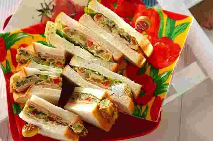 夏野菜がたっぷりの厚焼き卵のサンドイッチ。サンドしたらラップに包んで重しをのせ、落ち着いてから切るのだとか。まとまりもよく、食べやすいのもいいですね。栄養バランスにも優れた、元気なサンドイッチです!