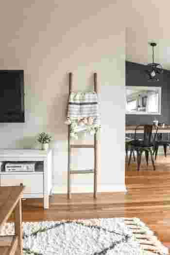 動線を考慮したモノの置き場所に変えたり、こまめに掃除できるよう部屋ごとにモップを置いておいたり、帰宅後の荷物の一時置き場を作っておいたり。環境を整えるだけで、改善できることもあるものです。