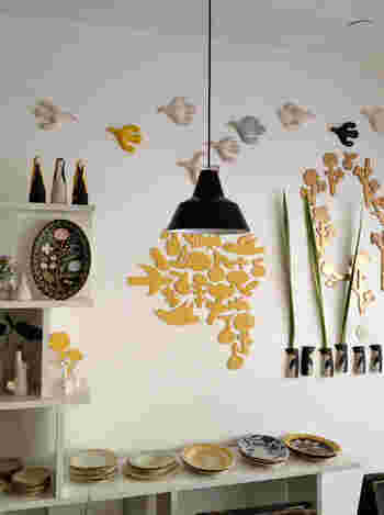 素敵な紙袋のデザインは、陶芸を中心とした世界的なデザイナー「鹿児島睦」さんのデザイン。以前より森さんと交流があり、手提げ袋のデザインに協力しているのだそう。