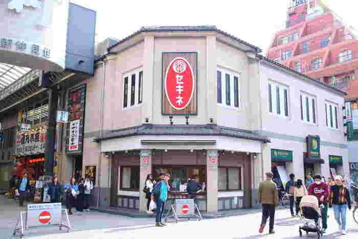 新仲見世通りの角にある「セキネ」は、肉まんとシュウマイを扱う昭和初期創業の老舗。浅草の芸人さんや有名人にも親しまれているお店です。