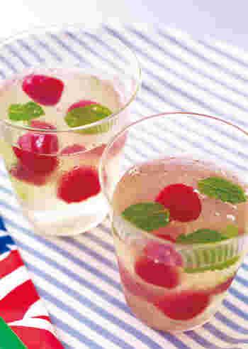真っ赤な水玉部分はラズベリー。レモンゼリーと相性バツグンです。見た目も涼やかでぷるんとした食感も◎食欲がない時でもつるんとおいしくいただけそうですね。