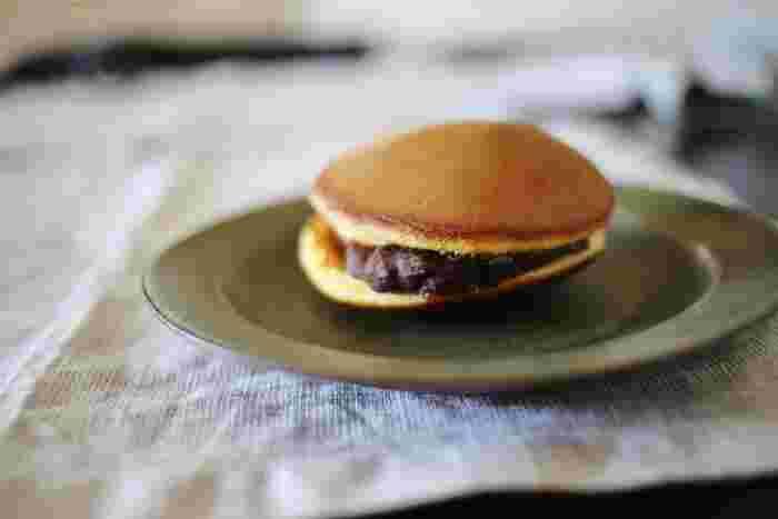 東京・京橋で140年以上続く和菓子の老舗「桃六(ももろく)」。さまざまな昔ながらの和菓子を作っていますが、特にファンが多いのが、さっぱり餡がくせになる「どら焼き」。プレーンのどら焼きの他にも、「栗どら焼き」とちょっと珍しい「梅どら焼き」の3種類です。