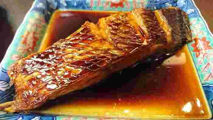 漁港町ですので、ぜひ新鮮なお魚料理も味わってみましょう。湘南の地魚のフライや煮付けもおすすめです。お店の前を走る江ノ電を眺めながら、昔ながらの食堂で地元の味を堪能してみてはいかがでしょうか。