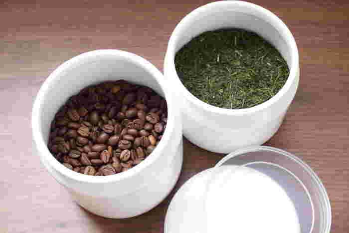 シールと琺瑯の2重蓋で、湿気や乾燥から守ってくれます。ショートパスタや、コーヒー豆・茶葉などの保存におすすめです。いい香りを逃さずしっかり保ってくれますよ。
