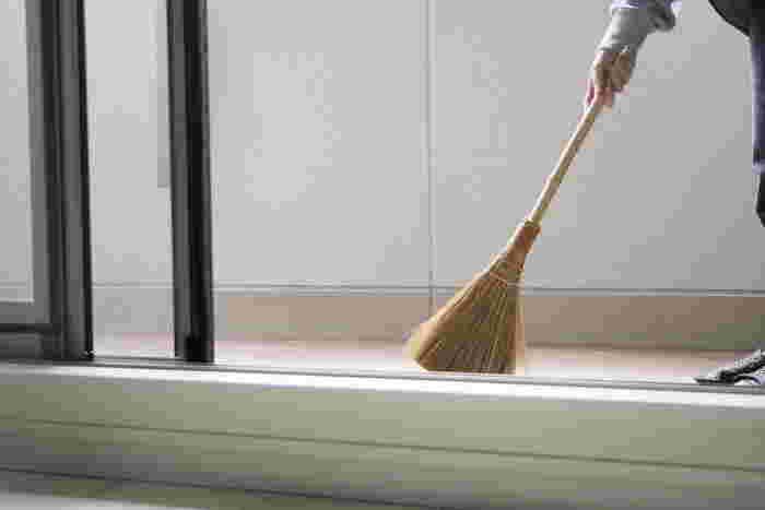 次に床の掃き掃除へ。新聞紙を濡らしてちぎり、床にまいたらゴミと一緒に掃いていきましょう。新聞紙がホコリなどの汚れを吸着し、また舞い上がるのを防いでくれます。