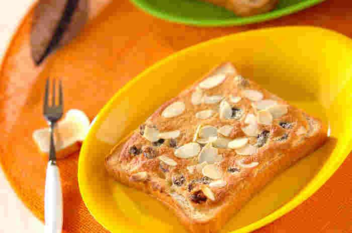 本格スイーツの食感と風味がおうちで楽しめる食パンアマンド。普段お菓子作りをしない人には耳慣れない「アーモンドプードル」はタルト生地などに使われるしっとりした食感とアーモンドの風味がリッチなお菓子作りには欠かせない食材です。スーパーや100円ショップなどにも売っているのでぜひGETしてみて。オーブンを使うので、朝食にしたい場合は夜の内に作っておいて、朝はあたためるだけにしておくと楽チン。おやつにもどうぞ。
