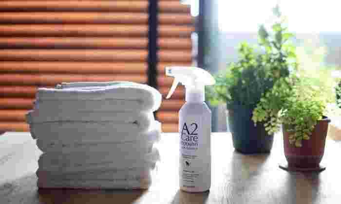 こちらは気になる臭いを丸ごと洗うおすすめのスプレー「A2ケア」。18年かけて開発されたこの商品は、刺激の多いアルコールや塩素系ではなく、ほぼ水に近い水溶液なので直接肌に触れたり口に入ってしまっても安全。お子さんやペットがいる家庭でも安心して使えます。  消臭はもちろん、花粉やダニなどのアレルゲンやウイルスの除去に圧倒的な効果を発揮するんだそう。実験では、細菌類は5分後に、ウイルスは1分後に99.99%除去されたという結果になったそうです。