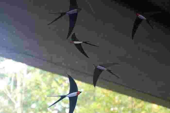 空を気持ちよさそうに飛び回るツバメのモビールです。明るい窓辺や高い天井のある空間に吊り下げたくなる。玄関に飾っても良さそうです。
