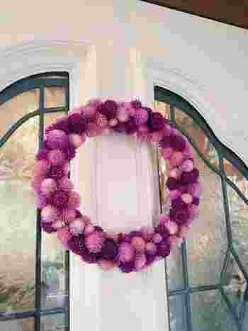 玄関のドアに千日紅のリースを飾って。白のドアにピンク色が凄く良いアクセントになりますね! 玄関には色の綺麗なドライフラワーを選ぶとパッと明るくなりますよ。