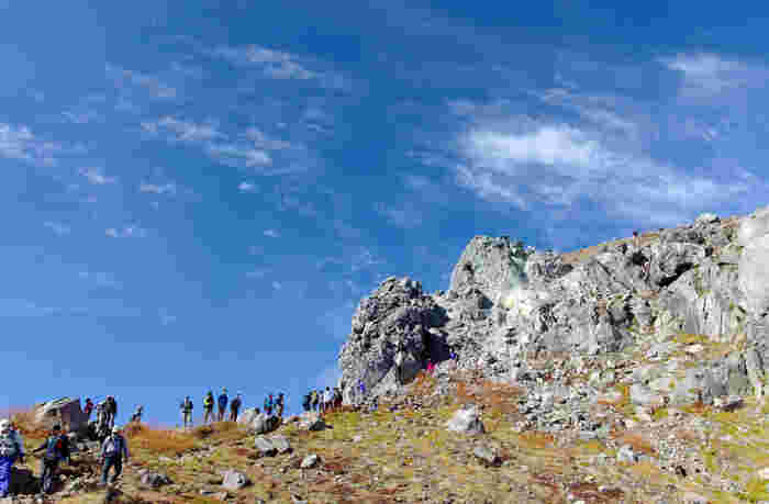 飛騨山脈(北アルプス)の谷間にある上高地は、さまざまな山の登山口にもなっている場所です。上高地に1泊以上する登山経験者の人は、焼岳や涸沢に挑戦してみてはいかがでしょうか。ただし、本格的な登山となるため、登山経験者で健脚者の人向けになります。
