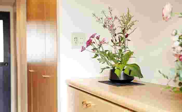 玄関に飾れば「いってらっしゃい」、「おかえりなさい」そんな風にお花が出迎えてくれているようなやさしい気持ちに―。