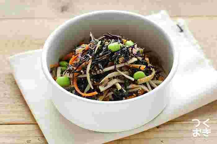 「最近、食物繊維が足りてないかも」「お腹の調子がちょっと…」そんなときにおススメしたいメニューがこちら。ひじきとごぼう、食物繊維が豊富な食材をダブルで摂れるお得感いっぱいのサラダです。