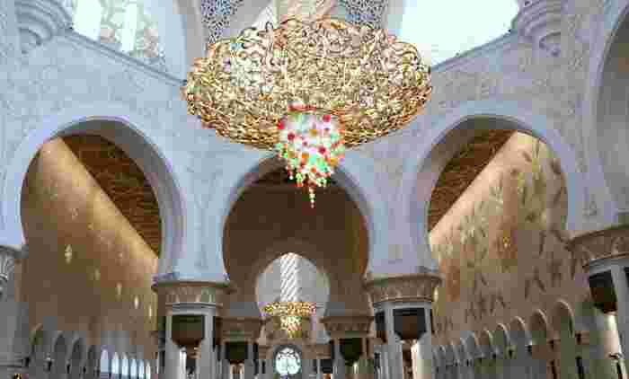 内部は4つのミナレット(塔)と82個のドームで構成され、様々なイスラムの建築様式を用いて建てられています。
