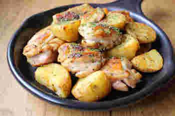 ビールのお供に♪スパイシーな味わいを楽しめるジャガイモと鶏肉の炒めもの。顆粒コンソメスープの素をすり鉢ですりつぶして、ガサムマサラやガーリックパウダーを加えれば、合わせスパイスの完成。  焼いた鶏肉とジャガイモと炒めれば、お家バル風の炒めものができあがります。スキレットで炒めると、そのまま食卓に持ち運べるので便利です。