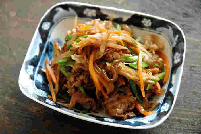 冷蔵庫にある野菜で作れる「五目きんぴら」。食材を切って味付けをするだけのお手軽料理。あと1品欲しいというときに便利ですよ。ご飯が止まらなってしまう美味しさです。