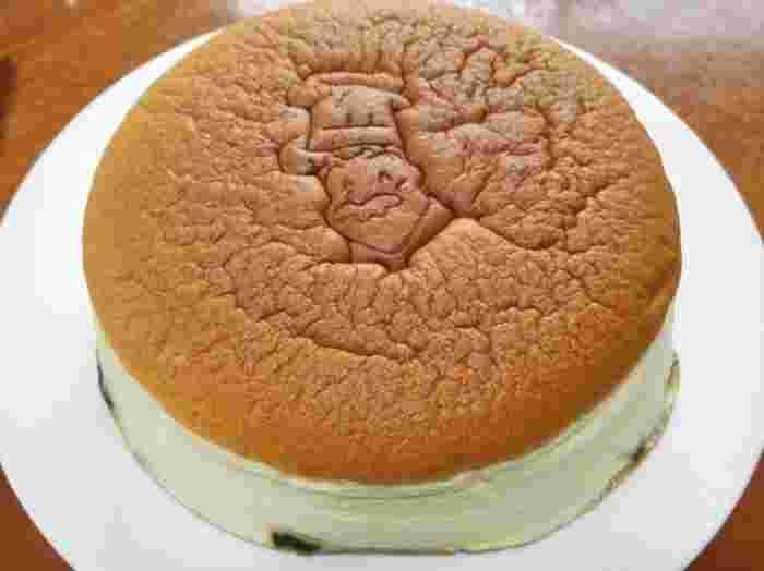 ふわふわの「焼きたてチーズケーキ」。甘いにおいがたまりません。帰路につく途中で、たまらず食べてしまうかも!?