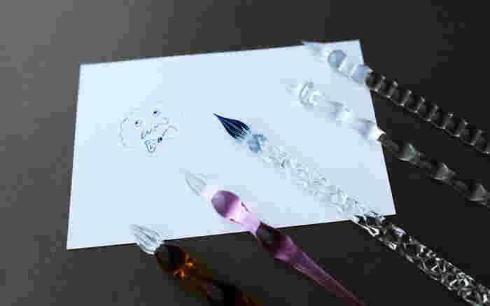 インクをつけながら書く、レトロで美しいガラスペン。波打ったデザインに光が反射しとてもきれい。特別な1本として、大切にしたい筆記具ですね。ほかに、ガラスのボールペンもあります。
