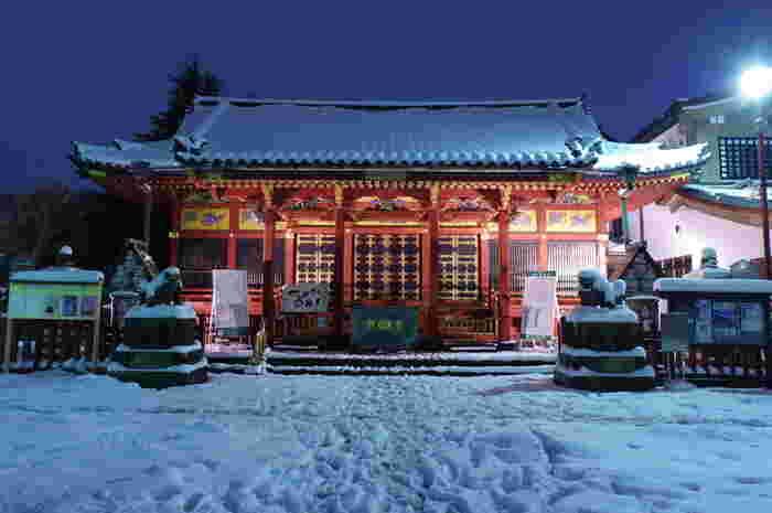 鳳凰や麒麟が描かれた社殿は、第三代徳川将軍家光公に建立寄進された当時の面影を残す佇まい。火災や空襲、大震災などの被害を免れた風格を感じますね。
