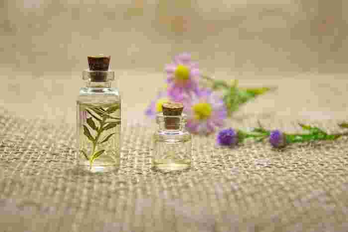 お気に入りのアロマオイルの小瓶を携帯し、休み時間、ハンカチに1~2滴垂らして、香りを楽しむのもいいですね。ほんのり、幸せな気分になりますよ。