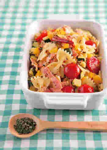 キュートなリボン型のショートパスタにパプリカやズッキーニ、トマトなどたっぷりの野菜を合わせて、栄養満点のサラダにしました。カリッと焼いたベーコンの香ばしい香りも美味しさの秘訣。スペアミントを加え、爽やかな風味をプラスすることで春らしさを演出します。