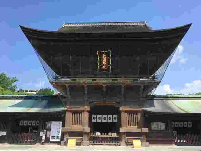 日本三大八幡宮のひとつ、筥崎宮。勝運の神様が祀られています。初詣の時期には、境内にさまざまな出店が立ち並びます。一月三日には「玉取祭(玉せせり)」というお祭りが行われます。