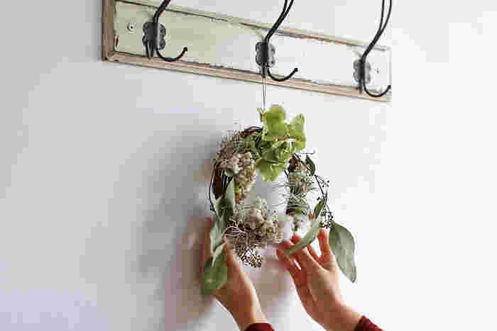 こちらのようにほかの植物と組み合わせて、おしゃれなリースやガーランドにアレンジしても◎。 お部屋を温かい雰囲気にしてくれるコットンフラワーを、ぜひインテリアに取り入れてみませんか? 今回は、枝物からクリスマスの飾りつけまで、コットンフラワーの素敵な「飾り方」をご紹介します。 まずはコットンフラワーの特徴から見ていきましょう♪
