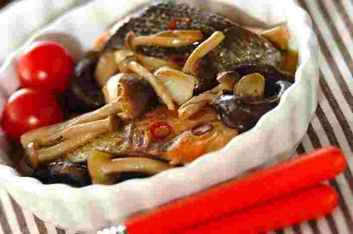 しめじ、えのき、しいたけ、まいたけ、エリンギなどおなじみのきのこを使って、オシャレな料理を作りましょう。こちらは、しめじとしいたけを生鮭とともにアヒージョに。素敵なメインになりそうですね。