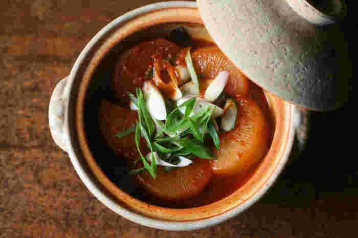 伊賀の耐熱土のみを使用した昔ながらの土鍋は、保温力に優れているため食材の芯までじっくり火を通し、うまみを引き出して美味しい料理に仕上げてくれます。直径約20cmの小さいサイズの土鍋は、1~2人分の鍋を楽しむのにちょうど良い大きさです。直径約26cmの大きいサイズは数人分の鍋料理にぴったり。シンプルで機能的な土鍋は、おでんや雑炊など様々な料理に活躍してくれます。