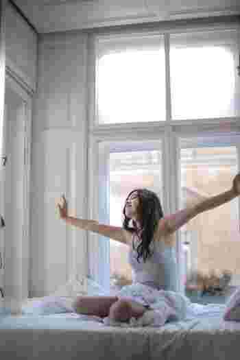 朝起きた瞬間からやるべきことが明確に決まっていると、なんとなく布団の中でダラダラすることを防ぎやすくなります。  さらにそれが脳や体を覚醒させる行為の組み合わせであることで、流れにのるうちに自然と心身が目覚めてくれるのです。