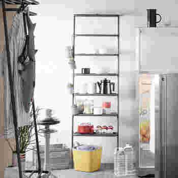こちらのウォールラックは、キッチンアイテムをディスプレイするように収納できるのが魅力。棚板1枚あたり5kgまで耐えられるので、お鍋を置いても大丈夫◎