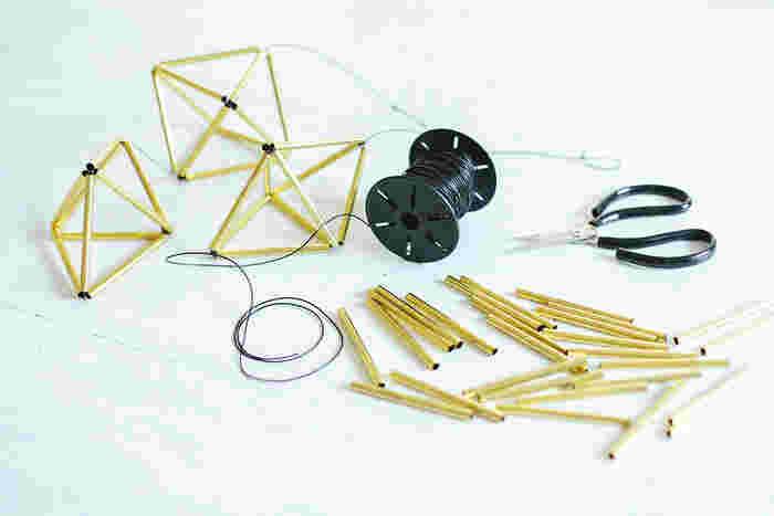・直パイプ 12本 ・本体用の約140cmの長さのタコ糸(吊り下げ部分も含めた長さ) ・短いタコ糸(10cmあれば余裕の長さです) ・ウッドビーズなど装飾品 好みで。