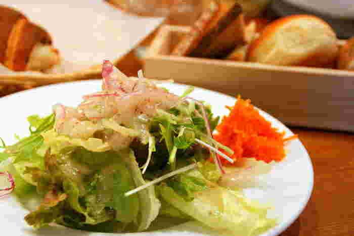 おすすめは何と言ってもランチメニューです。 看板メニューのポークシチューが楽しめるシチューランチは、サラダ、焼きたてパン付きで1200円(税抜)となっています。