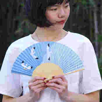 平安時代から貴族が使っていたという長い歴史がある扇子。こちらの扇子は、京都で90年以上、京扇子の制作をしている大西常商店の職人さんたちの手により一本一本丁寧に作られています。