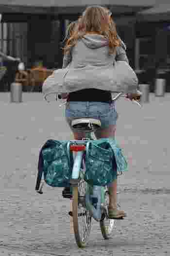 自転車大国オランダなどでポピュラーな、後輪につけるタイプの自転車用バッグ。見た目の可愛さはもちろん、たくさんの荷物をバランスよく運べる優秀アイテムです。