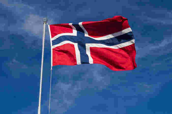 北欧の国の1つ、ノルウェー。旅行先としてはあまりメジャーではないかもしれませんが、ノルウェー産のサーモンやサバなどの海産物は、日本の食卓でもおなじみですよね。食以外にも、毎年話題になるのがノーベル賞。文学賞や生理学賞などの5部門はスウェーデンのストックホルムで授賞式が行われますが、唯一『平和賞』だけはノルウェーの首都、オスロで授賞式が行われます。