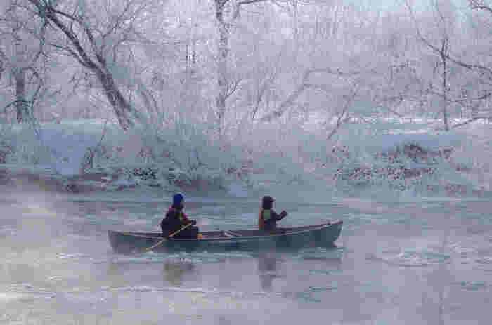 夏の緑の中や、秋の紅葉の中でのカヌーも心地良いものですが、冬の釧路湿原のカヌーは、凍てつくような寒さが生み出す雪と氷と光のアートが楽しめる季節です。吐く息も凍る、白銀の世界で、静かな時間を過ごしましょう。