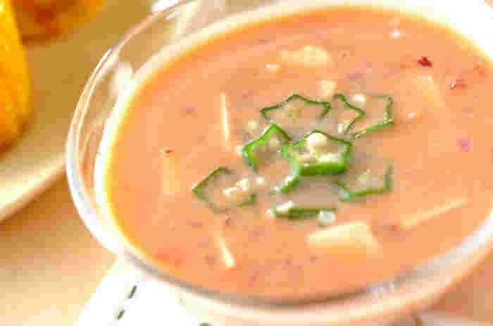 トマトや紫玉ねぎの赤い色を生かした冷製スープ。前日に作って冷やしておけば、夏の朝食に爽やかなひんやりスープが楽しめます。栄養抜群の1杯で元気が出そうです。