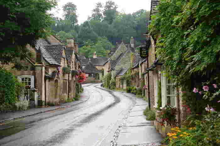 村のメインストリートであるザ・ストリート沿いには、可愛らしい家々が軒を連ねています。ザ・ストリート沿いの建物は、観光客向けのお土産店やB&Bなどではなく、ほとんどが村民の住む民家です。