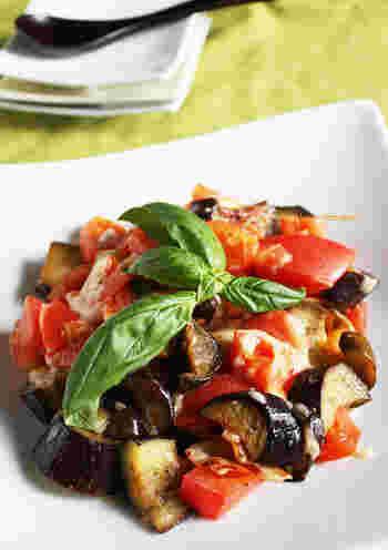 イタリアンな組み合わせの、ワインによく合うおつまみレシピ。本格派のように見えて、ピザ用チーズなどおうちにある材料で手軽に作れますよ。