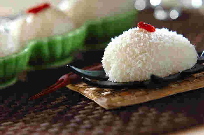 白こしあんをココナッツリキュールでアレンジしたアイデア大福。トロピカルな香りにつつまれて異国情緒を感じられます。